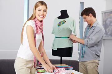 Lachende Modedesignerin im Atelier