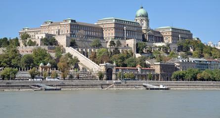 der Burgpalast in Budapest über der Donau