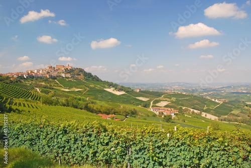 Blick auf den bekannten Weinort La Morra im Piemont
