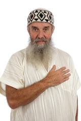 homme barbu en djellaba saluant main sur coeur