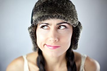 Piękna kobieta w czarnej czapce robiąca minę