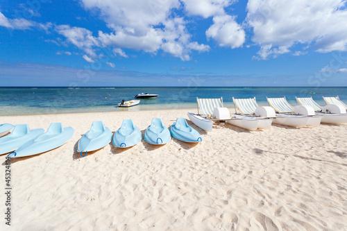 pédalos et kayaks de mer sur plage, île Maurice