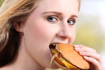 Junge Frau mit vegetarischem Burger