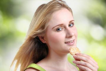 Junge Frau mit Biskuit
