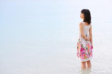 海に入る女の子