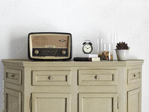 vecchia radio  sul  mobile del soggiorno