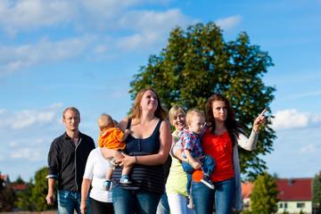Familie und mehrere Generationen - Spaß auf der Wiese im Sommer
