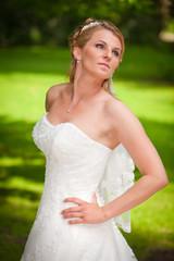 Braut mit weissem schulterfreiem Kleid und Diadem