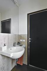 piccolo bagno moderno con asciugamani arancione