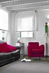 poltrona di tessuto rosso nel moderno soggiorno