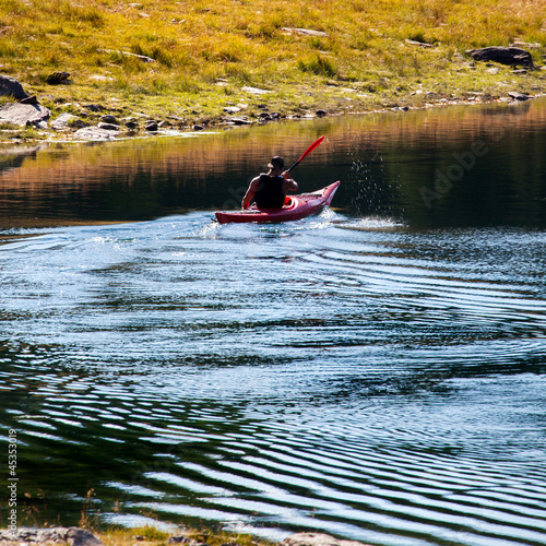 kayak in lago alpino