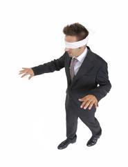Hombre ejecutivo vendado,riesgo de inversión.