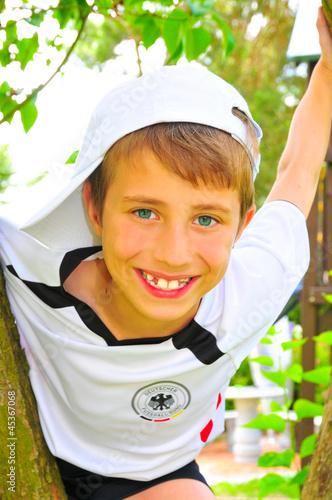 Lachender Junge beim Klettern