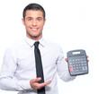 Homme avec calculatrice