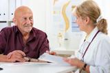 Ärztin spricht mit Patienten
