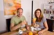 Glückliches Ehepaar am Frühstückstisch