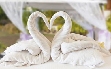 Lune de miel, tentures et coeur de cygnes blancs