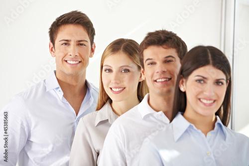 Junges Business-Team in einer Reihe