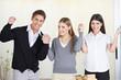 Studenten halten Hände und jubeln