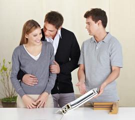 Paar bekommt Beratung von Handwerker