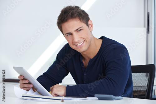 Designer am Schreibtisch mit Tablet Computer