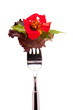Salat mit roter Blüte einer Kapuzinerkresse
