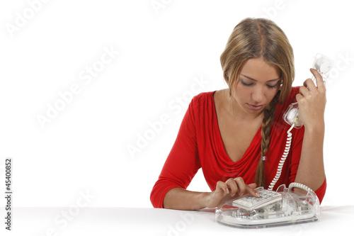 Junge Frau wählt am Telefon eine Nummer