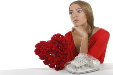 Junge Frau wartet auf Anruf