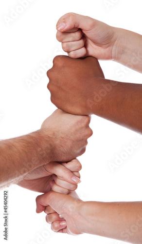 Diverse Personen setzen ihre Hände übereinander