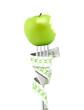 Mètre vert, fourchette, pomme croquée