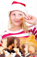 Mädchen isst Weihnachtssüßigkeiten