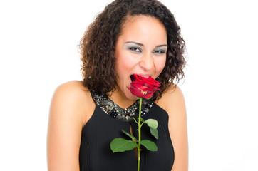 junge frau beißt in eine rose