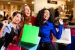 Freundinnen beim Shopping im Kaufhaus