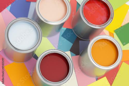 Fünf Farbdosen auf Farbkarten