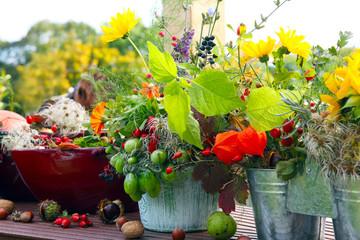 Herbstlich dekorierte Terrasse