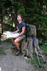Giovane escursionista con mappa sentieri