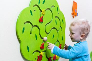 Junge spielt im Kindergarten