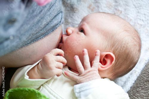 Neugeborenes wird gestillt