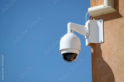 Caméra de surveillance sur un bâtiment public - 45430060