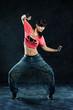 tanzende Frau in pinken Shirt
