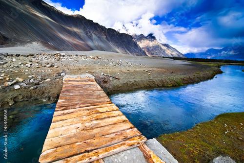 gora-krajobrazowy-widok-z-rzecznym-i-drewnianym-brid
