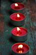 vier rote Teelichter