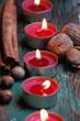 rote Adventskerzen und Nüsse