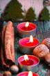 kleine Tannenbäume und Adventskerzen
