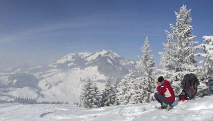 frau bei schneeschuhwanderung am sudelfeld in bayrischzell