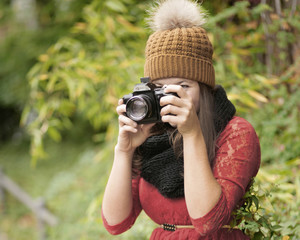 junge Frau mit Kamera im Herbst