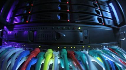Server und Storage Rack mit Netzwerk Hub