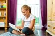 Familie - Kind oder Teenager liest ein Buch