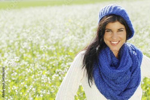 Junge Frau im weißen  Blütenfeld