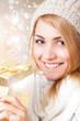 junge blonde Frau öffnet Geschenkbox